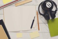 Approvisionnements de papeterie - configuration plate de lieu de travail Image libre de droits