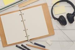 Approvisionnements de papeterie - configuration plate de lieu de travail Photo libre de droits