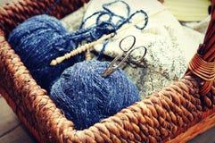 Approvisionnements de tricotage photographie stock