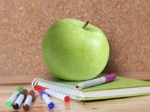 Approvisionnements et Apple d'école Photos stock