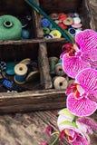 Approvisionnements et orchidée de couture Photo libre de droits