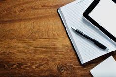 Approvisionnements et Tablette sur le bureau en bois avec l'espace de copie Photo libre de droits