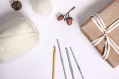 Approvisionnements faisants du crochet, crochets et fil blanc, boîte de expédition décorée des rubans et quelques décorations nat photos stock