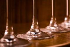 Approvvigionando, concetto del partito: immagine del primo piano dei vetri di vino su un fondo di legno scuro Fuoco selettivo Immagine Stock Libera da Diritti