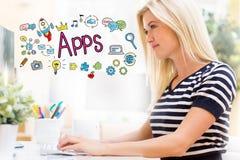 Apps με την ευτυχή νέα γυναίκα μπροστά από τον υπολογιστή Στοκ Εικόνες