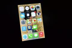 Apps на iPhone с iOS 7 Стоковые Изображения RF