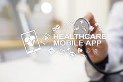 Apps черни здравоохранения Современная медицинская технология на виртуальном экране стоковые фотографии rf