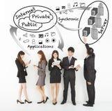 商人享受与互联网结构的技术apps 免版税库存照片