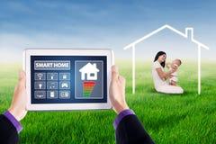 Apps av det smarta hem- systemet med modern och behandla som ett barn arkivbild