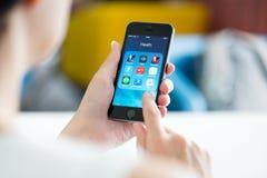 Apps da saúde e da aptidão no iPhone 5S de Apple Imagens de Stock