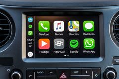 Apps de Apple CarPlay en la pantalla en tablero de instrumentos del coche fotos de archivo libres de regalías