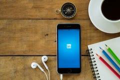Apps de Linkedin que muestran en Iphone 6s imagen de archivo libre de regalías