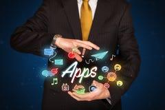 Apps della tenuta dell'uomo d'affari Immagini Stock