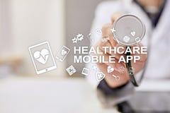 Apps do móbil dos cuidados médicos Tecnologia médica moderna na tela virtual fotos de stock