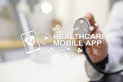 Apps do móbil dos cuidados médicos Tecnologia médica moderna na tela virtual fotos de stock royalty free