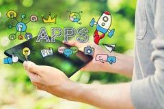 APPS-Konzept mit dem jungen Mann, der seinen Tablet-Computer hält lizenzfreie stockfotografie