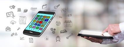Apps-Konzept mit dem Mann, der eine Tablette verwendet stockbild
