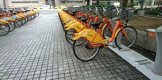 Apps que comparte la bici foto de archivo libre de regalías