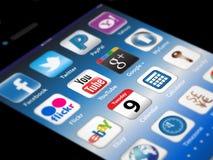 Apps sociais do Madia em um iPhone 4S de Apple Imagens de Stock Royalty Free