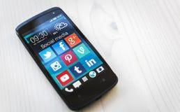 Apps sociais dos meios no smartphone de Samsung imagens de stock