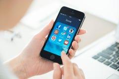 Apps sociais dos trabalhos em rede no iPhone 5S de Apple Imagens de Stock Royalty Free