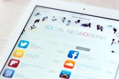 Apps sociales del establecimiento de una red en el aire del iPad de Apple Foto de archivo libre de regalías