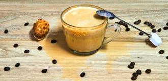 appuccino mit Körnern des Kaffees auf einem Holztisch stockfoto