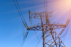 Appui d'électro lignes de transmission contre le ciel bleu Images stock