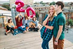 Appui d'amis de partie de dessus de toit de surprise d'anniversaire Photo libre de droits