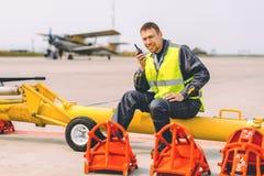 Appui de travailleur d'aéroport photo libre de droits