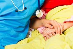Appui donnant pour les enfants malades Images libres de droits