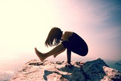 Appui renversé de pratique femelle de bras-équilibre de yoga Photographie stock