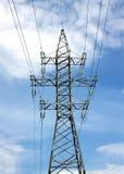 Appui vertical à haute tension en métal de ligne électrique au-dessus de ciel bleu nuageux Images libres de droits