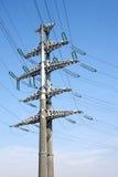Appui vertical à haute tension en métal de ligne électrique au-dessus de ciel bleu sans nuages clair Image libre de droits