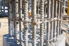 Appui vertical de ciment dans le site de construction Photos stock