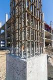 Appui vertical de ciment dans le site de construction Photo libre de droits