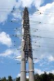 Appui vertical gris en métal de ligne électrique à haute tension Image stock