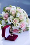 Appui verticaux de mariage, anneaux, fleurs, décoration de mariage, détails Photographie stock libre de droits