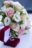 Appui verticaux de mariage, anneaux, fleurs, décoration de mariage, détails Images stock