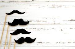 Appui verticaux de photo - moustache de papier noire sur le fond blanc de vintage Photo stock
