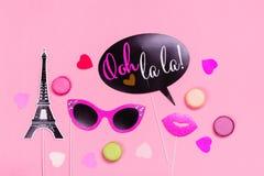 Appui verticaux français de photo de thème - lèvres, moustaches, boîte-cadeau et macarons sur le fond rose de jour de valentines Photographie stock libre de droits