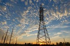 Appuis à haute tension de ligne électrique au coucher du soleil Images libres de droits