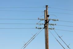 Appuis de ligne électrique sur un fond de ciel bleu Image libre de droits