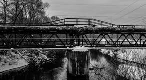 Appuis de pont en tuyau au-dessus du pont Photographie stock libre de droits
