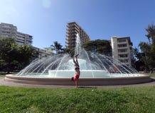 Appuis renversés d'homme devant la fontaine de Dillingham au parc de Kapiolani Images stock