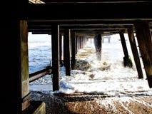 Appuis sous le pilier chez Southwold un jour froid d'hiver Images stock