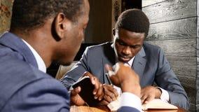 Appuntamento di affari con un cliente Due afroamericani che fanno affare Colleghi che lavorano insieme 4K archivi video