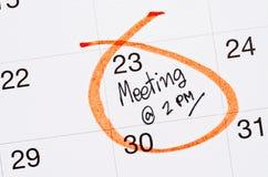 Appuntamento di riunione scritto in un calendario immagini stock