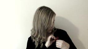 Appuntare papavero con ombra stock footage