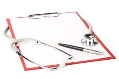 Appunti in bianco con lo stetoscopio Fotografie Stock